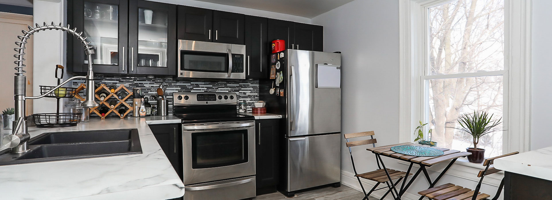 7 Thompson Street - Kitchen with stainless steel appliances - Cripps Realty